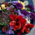 Букет с гвоздиками, кустовыми розами и амариллисом купить