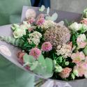 Букет с альстромериями, хризантемами и аллиумом купить