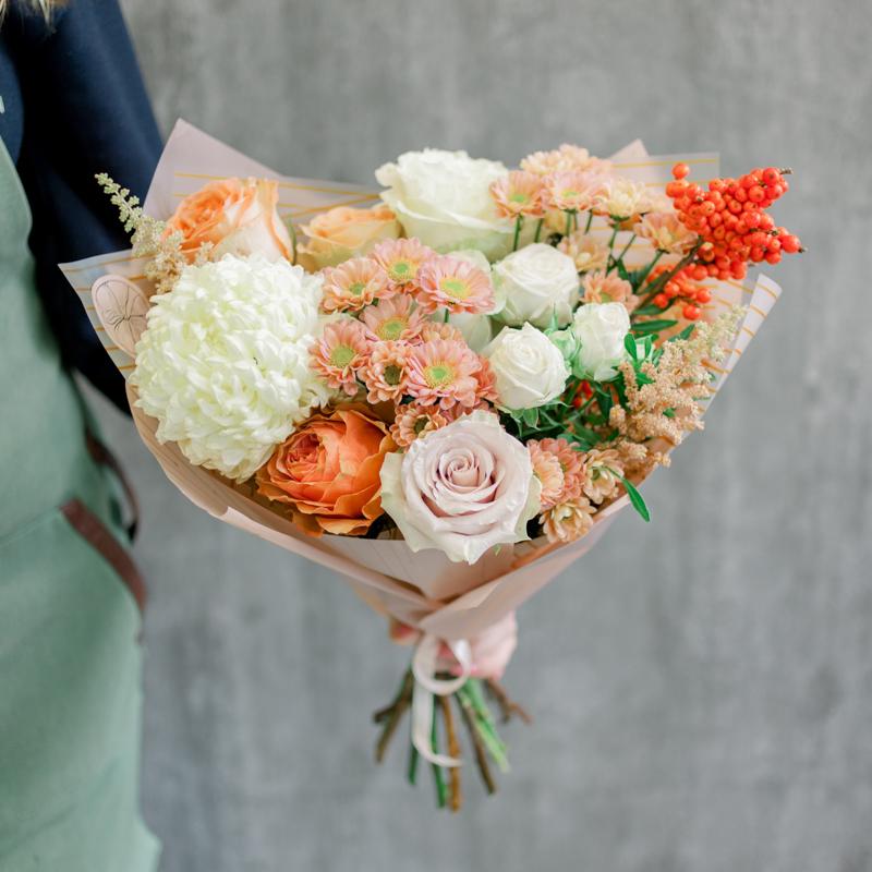 Букет с хризантемами и розами в нежно-оранжевой гамме с доставкой