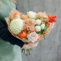 Букет с хризантемами и розами в нежно-оранжевой гамме купить