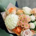 Букет с хризантемами и розами в нежно-оранжевой гамме заказать