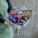 Букет с ирисами, хризантемами и брассикой с доставкой