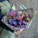 Букет с ирисами, хризантемами и брассикой купить