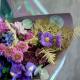 Букет с ирисами, хризантемами и брассикой