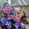 Букет с ирисами, хризантемами и брассикой заказать