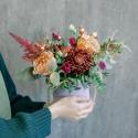 Шляпная коробка с розами, хризантемами и гвоздикой купить