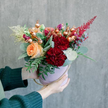 Шляпная коробка с розами, хризантемами и гвоздикой