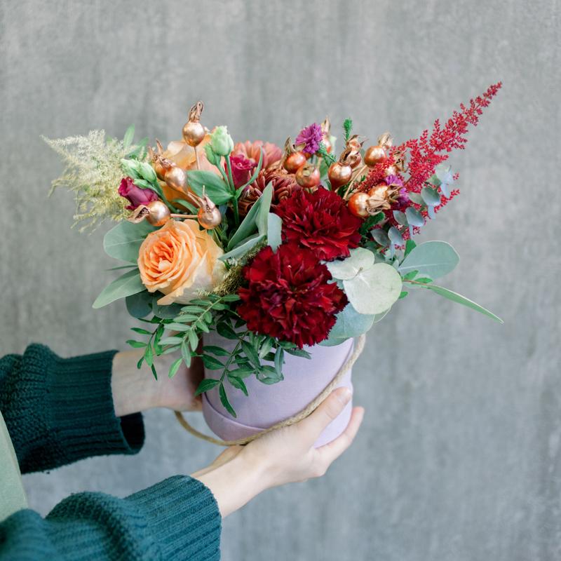 Шляпная коробка с розами, хризантемами и гвоздикой с доставкой