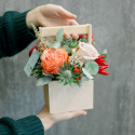 Деревянный ящичек с розами и эрингиумом с доставкой