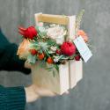 Деревянный ящичек с розами и эрингиумом заказать