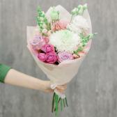 Букет с хризантемой, розами и лизиантусом заказать