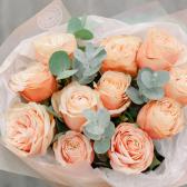 Букет из 11 эквадорских роз и эвкалипта заказать