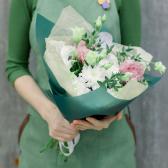 Букет из кустовой хризантемы и лизиантусов