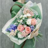 Букет с розами, лизиантусами и гвоздиками с доставкой