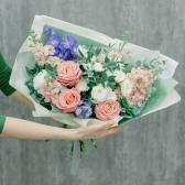 Букет с розами, лизиантусами и гвоздиками заказать