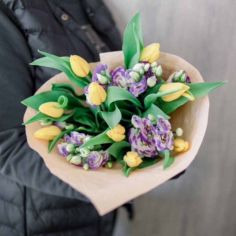 Букет из тюльпанов и лизиантусов с доставкой