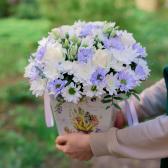 Букет в коробке с хризантемами и лизиантусом заказать