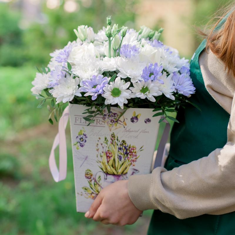 Букет в коробке с хризантемами и лизиантусом с доставкой