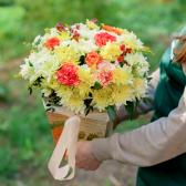 Букет в коробке с розами, хризантемой и гвоздикой заказать
