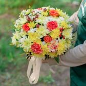 Букет в коробке с розами, хризантемой и гвоздикой купить