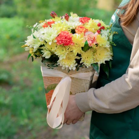 Букет в коробке с розами, хризантемой и гвоздикой