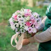 Букет в коробке с розами, хризантемой и лизиантусом заказать