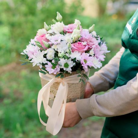 Букет в коробке с розами, хризантемой и лизиантусом