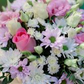 Букет в коробке с розами, хризантемой и лизиантусом купить