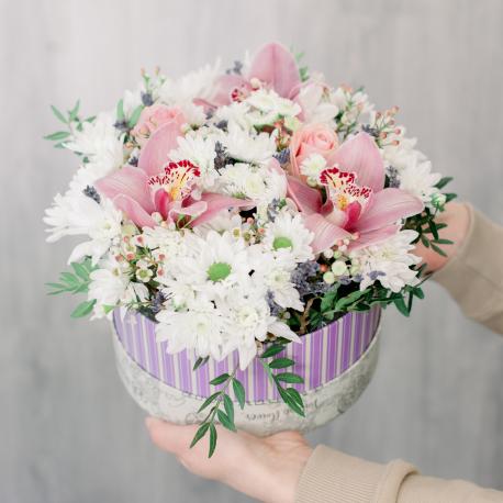 Коробка с розами, хризантемой и альстромерией