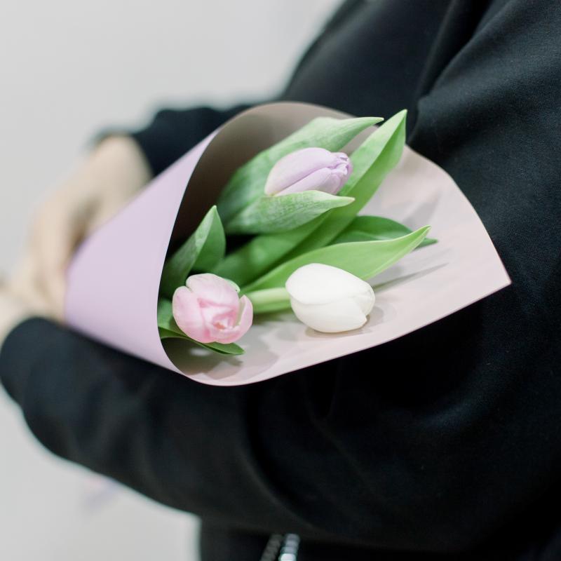 3 тюльпана (нежный микс) в упаковке с доставкой