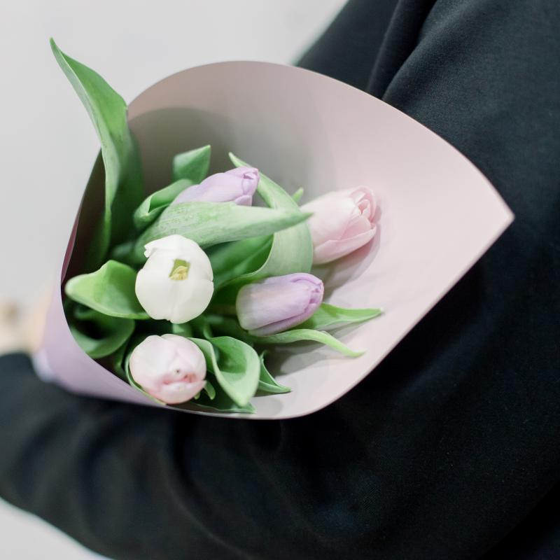 5 тюльпанов в упаковке (нежный микс) с доставкой
