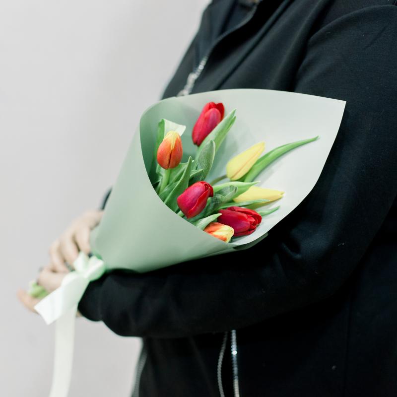 7 тюльпанов в упаковке (яркий микс) с доставкой