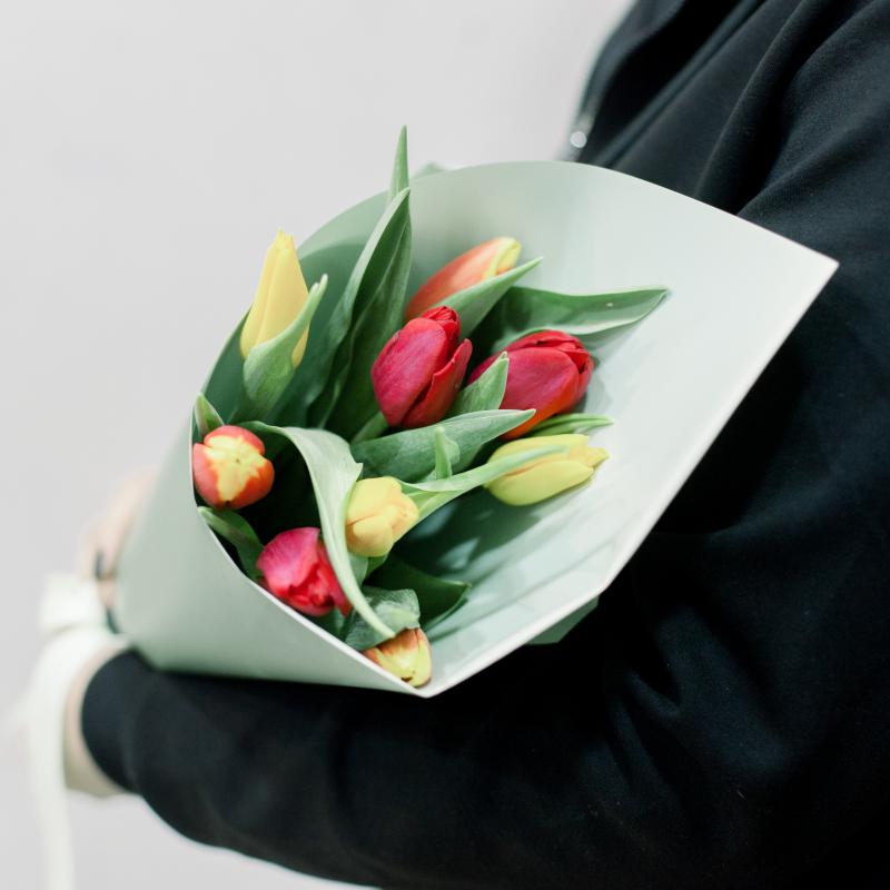 9 тюльпанов в упаковке (яркий микс) с доставкой