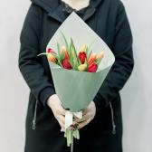 11 тюльпанов в упаковке (яркий микс) заказать
