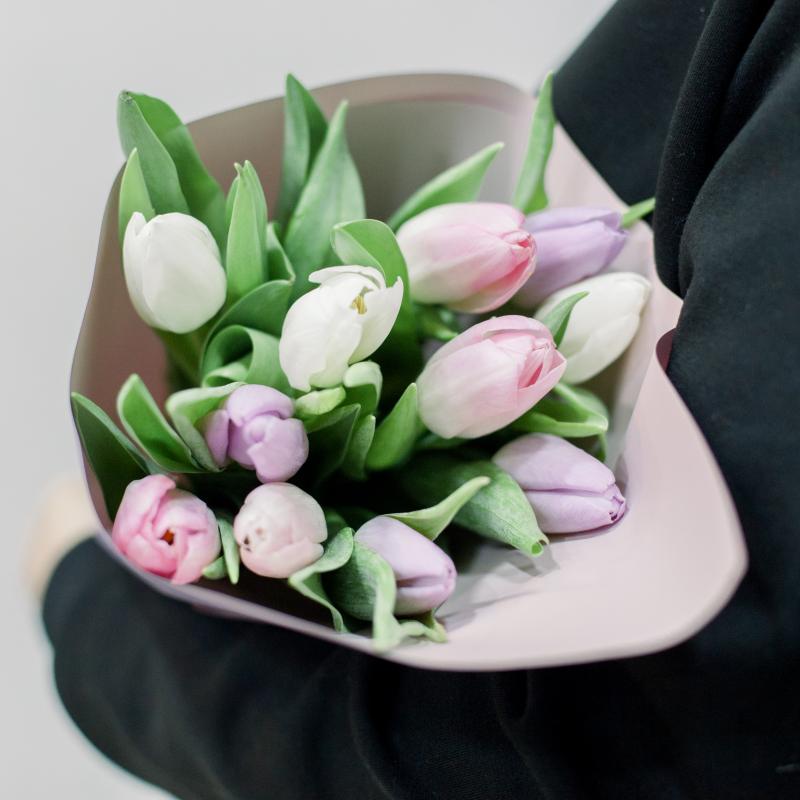 11 тюльпанов в упаковке (нежный микс) с доставкой