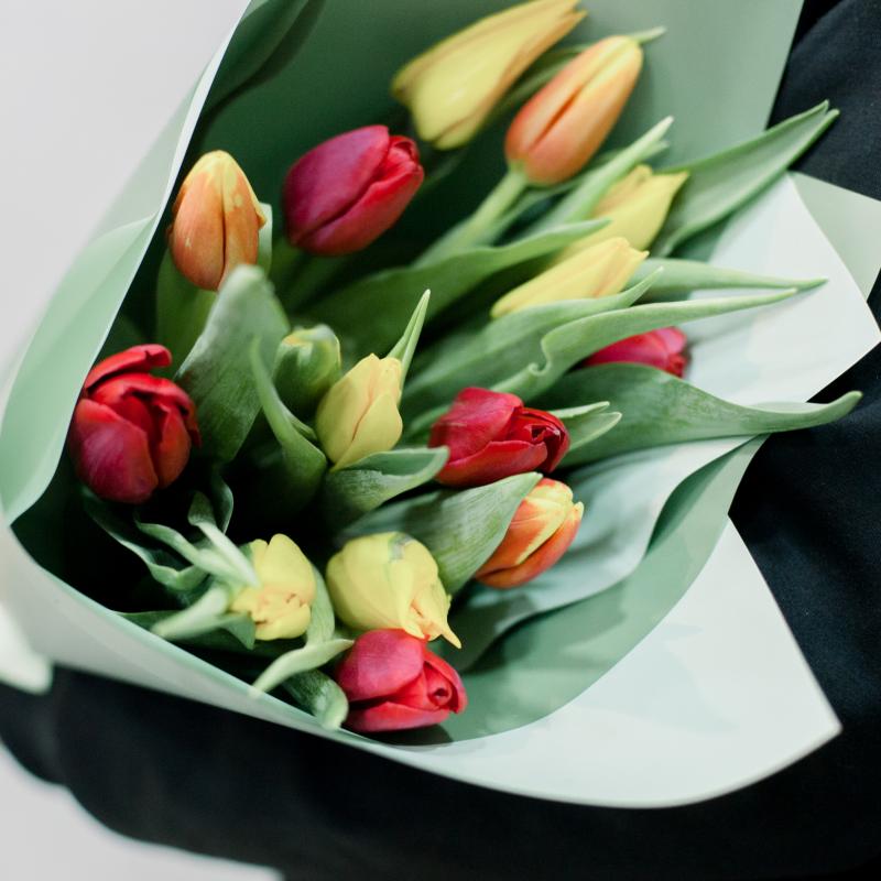 15 тюльпанов в упаковке (яркий микс) с доставкой