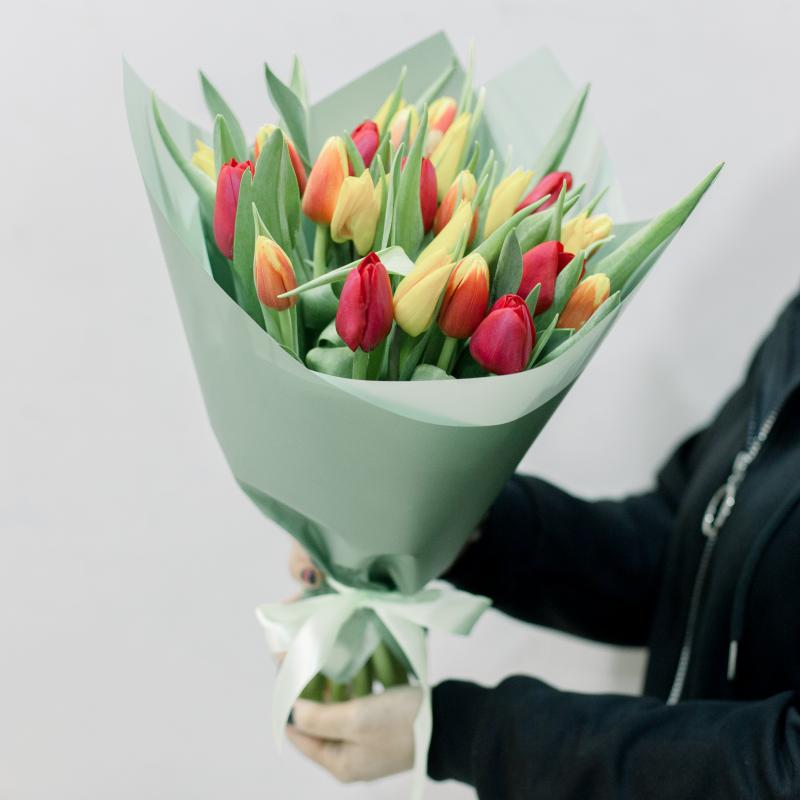 25 тюльпанов в упаковке (яркий микс) с доставкой