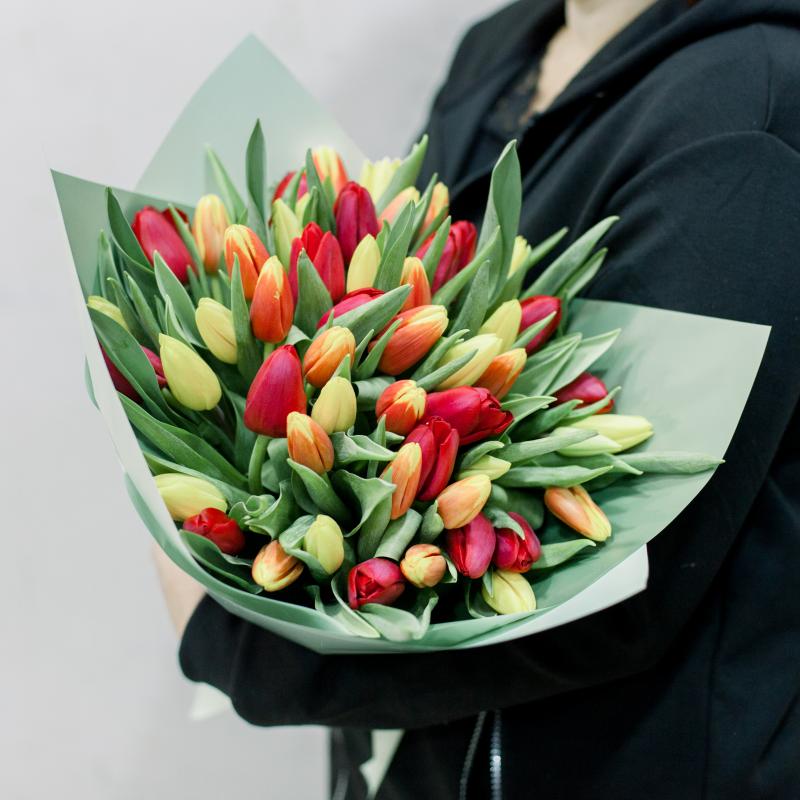 51 тюльпан с упаковкой (яркий микс) с доставкой