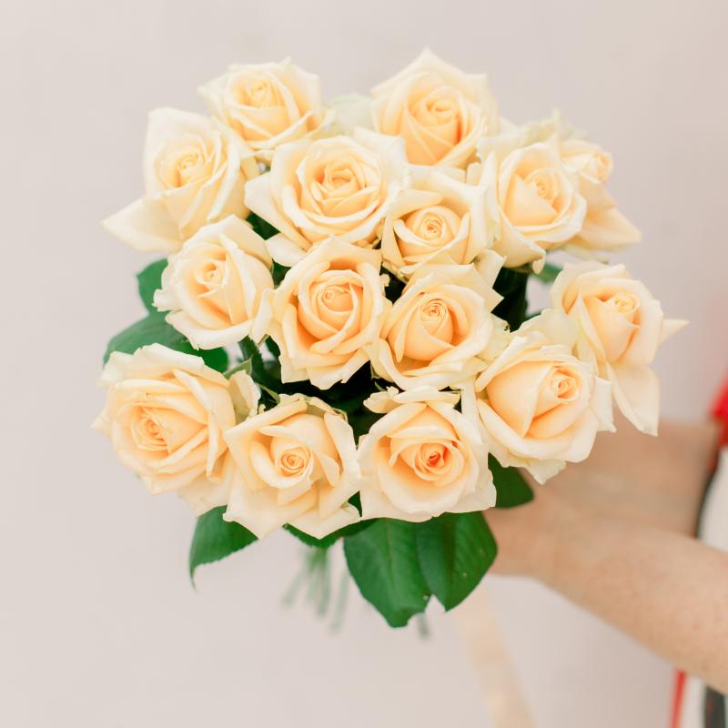 Букет из 15 кремовых роз (Россия) с доставкой