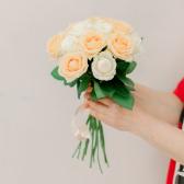 Букет из 15 белых и кремовых роз (Россия) купить