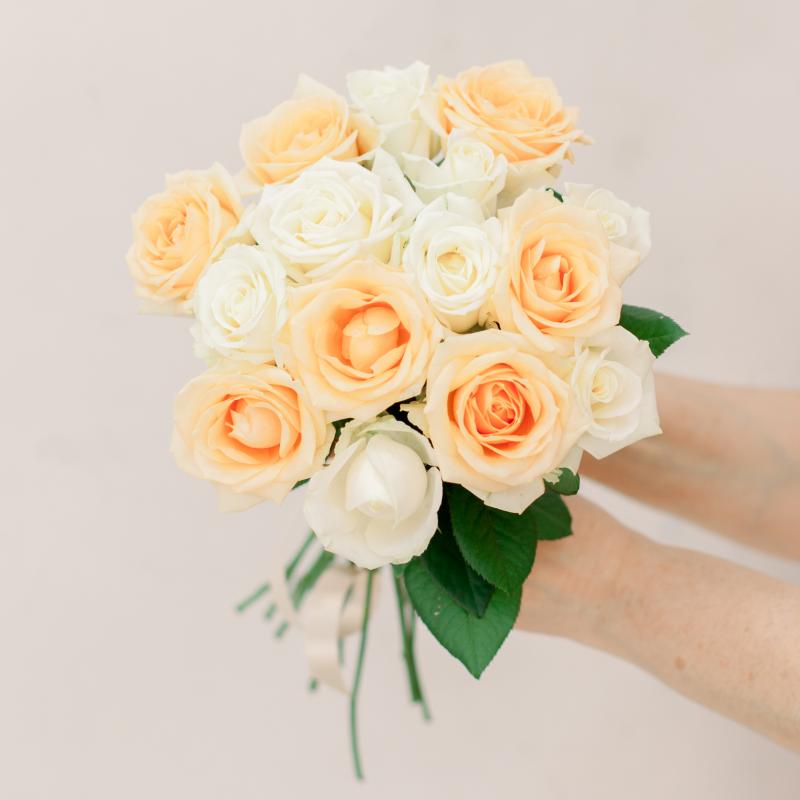 Букет из 15 белых и кремовых роз (Россия) с доставкой
