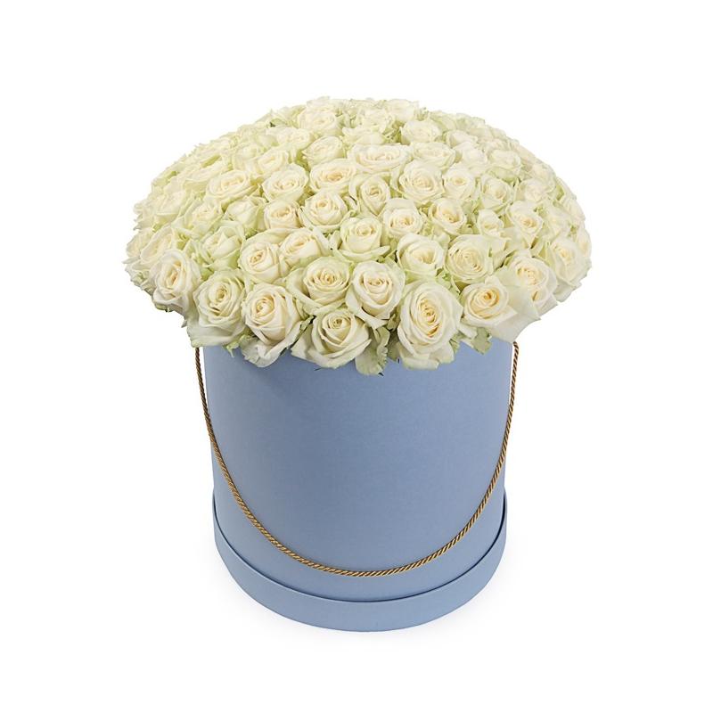 """Букет в шляпной коробке """"101 белая роза"""" с доставкой"""