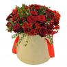 Букет в шляпной коробке с розами и альстромериями