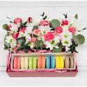 Коробка с цветами и макарон