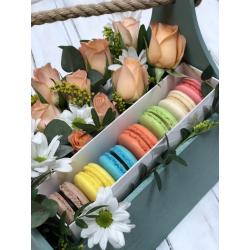 Коробка с макронами и цветами