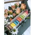 Коробка с макарон и цветами