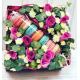 Коробка с макрунами и цветами