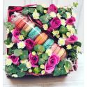 Коробка с макрунами и цветами с доставкой