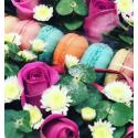 Коробка с макрунами и цветами купить