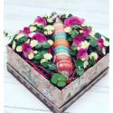 Коробка с макрунами и цветами заказать